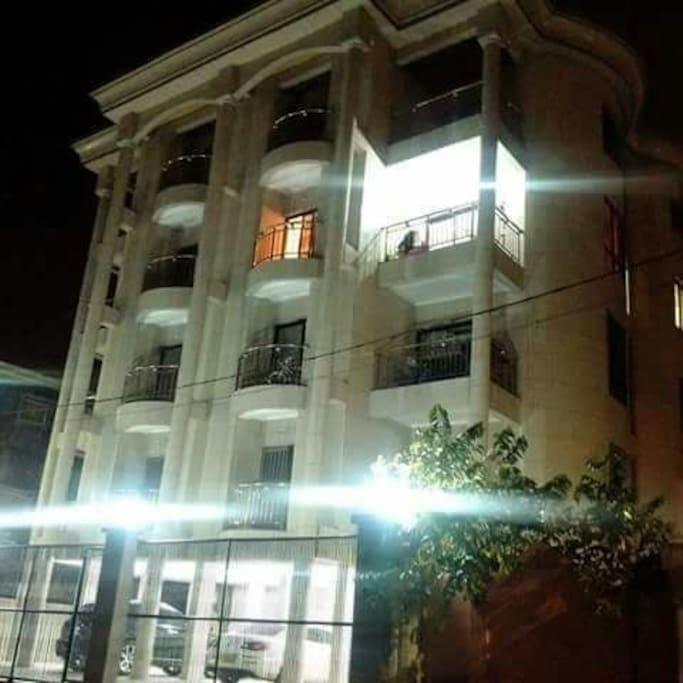 Immeuble tres eclairé la nuit. Brightly lit building at night