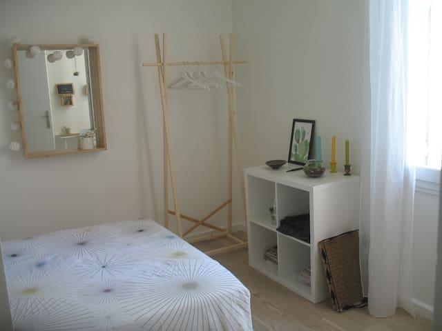 Petite chambre cosy et sa salle de bain