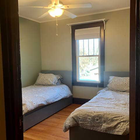 Main level, Twin beds