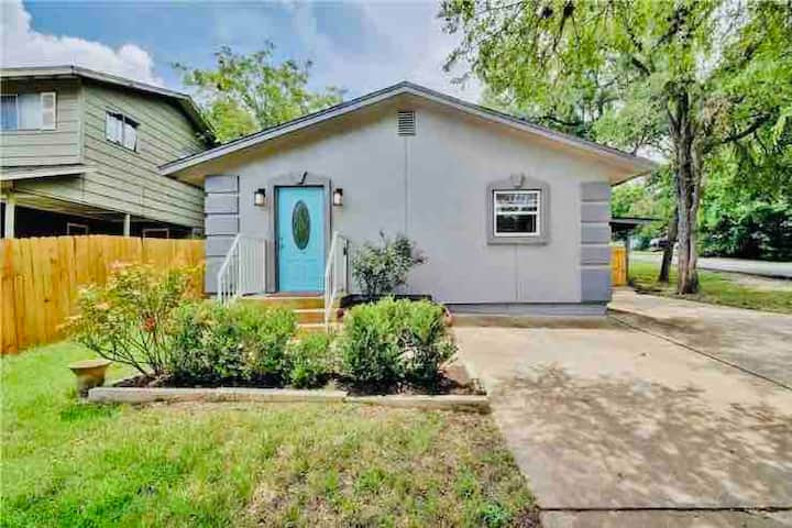 Stay in Historic Downtown Round Rock- 4beds/2baths