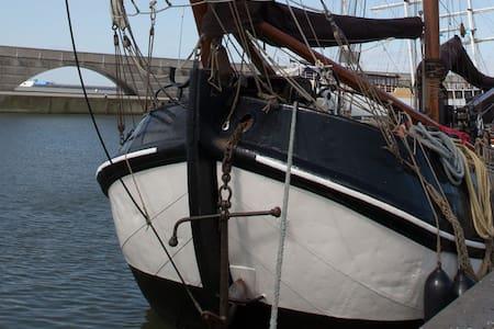 Logeren in een historische Tjalk in Zwartsluis - Zwartsluis - เรือ