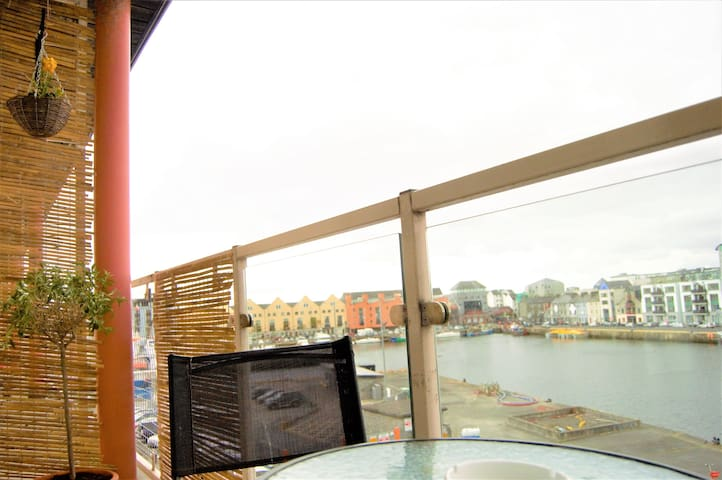 Vibrant Galway City centre getaway with bay view - Galway - Townhouse