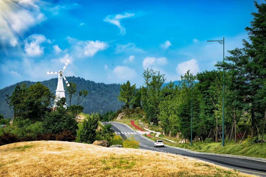 云上温泉别墅位于七里坪国位于七里坪国际旅游渡假区著名风景点景观大道风车对面。云上别墅,绝美环境,美不胜收。