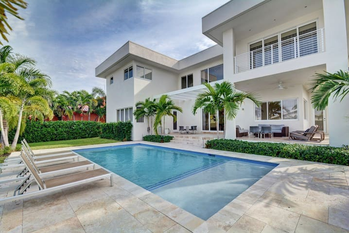 Modern Luxurious Beach Retreat-5 BR with/Pool
