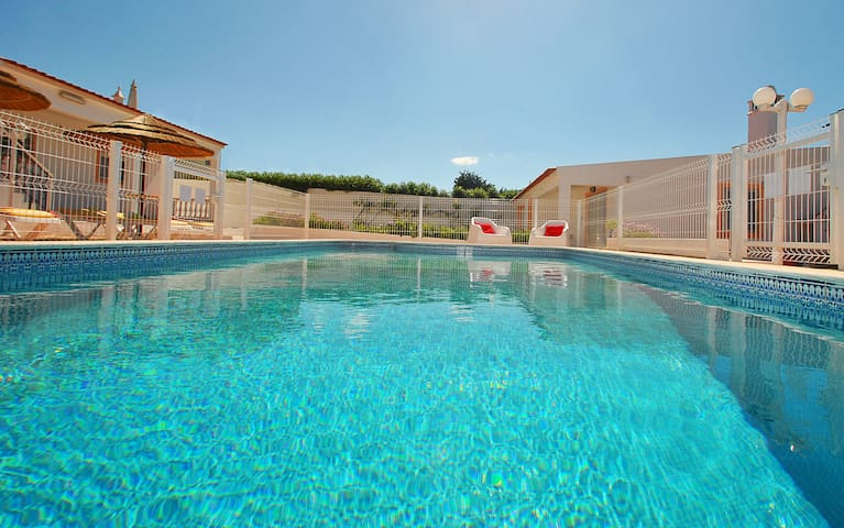 CHARMING VILLA WITH PRIVATE POOL, BBQ & WIFI