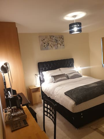 private-ensuite-room Limerick city stay