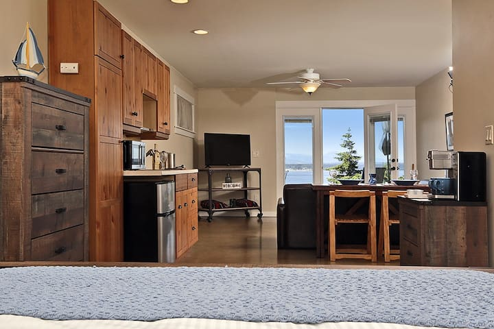 Suite on the Sound--Whidbey Hot Tub Getaway