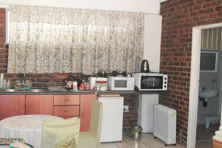 Comfy Bed and Breakfast close to the airport! - Germiston - Bed & Breakfast