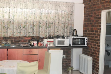 Comfy Bed and Breakfast close to the airport! - Germiston - B&B