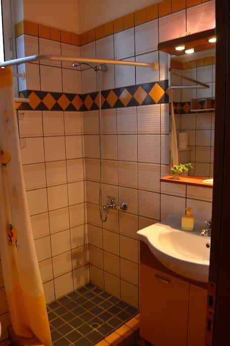 Dusche/WC, Shampoo etc.,  Handtücher, Föhn, Strandtücher, Sonnenschirm