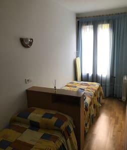 Habitación con cama doble luminosa y tranquila