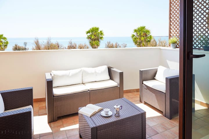 CaseSicule: Erica, only for Sea View Lovers, Modern Style Apartment in City Center, Wi-Fi