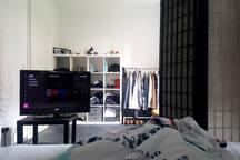 Big room + double, TV w/ Netflix and lounge area.