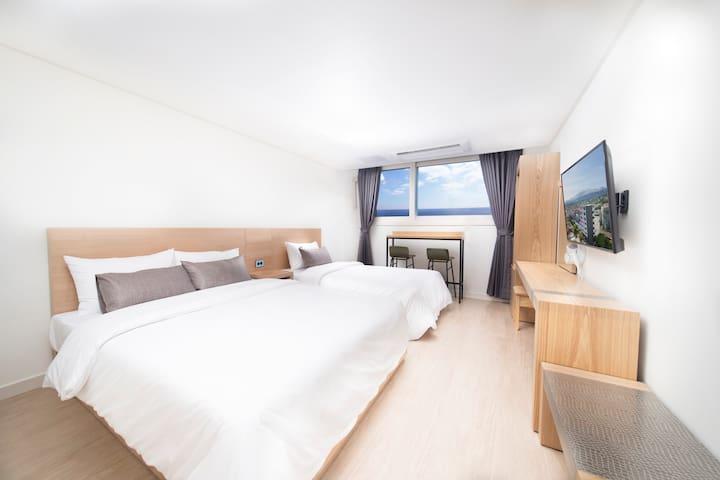 Clean white room, Ocean view,Double bed (호텔이디)