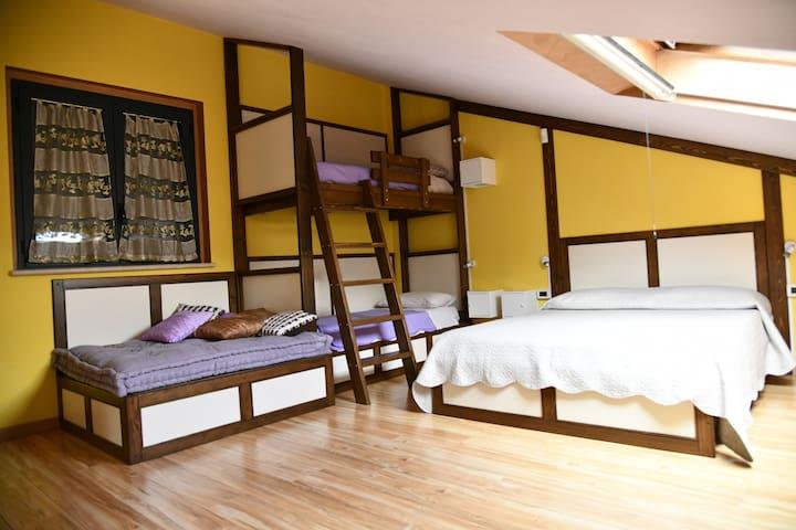 Ampia mansarda: letto a castello, letto matrimoniale, letto ad una piazza e mezza, divano (secondo piano)