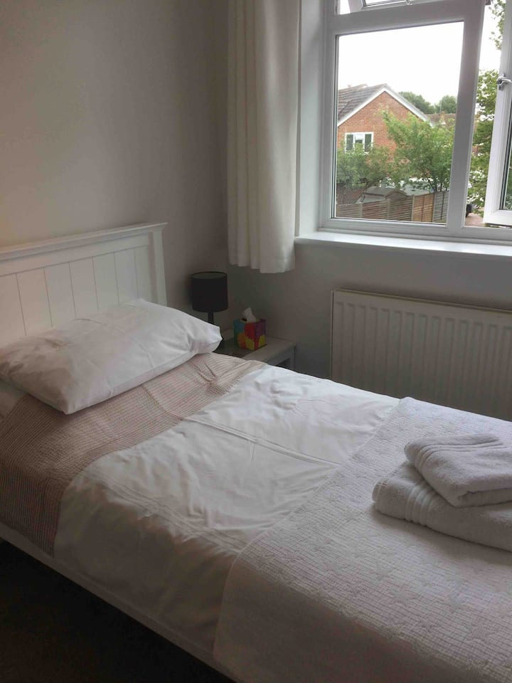 Airy single room in 4 bed house, quiet area.