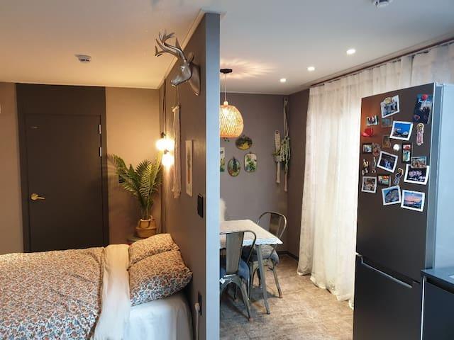 카페공간과 침실이 구분되어 있는 투룸식 원룸입니다 ^^