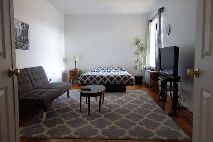 MASSIVE room with excellent amenities near train