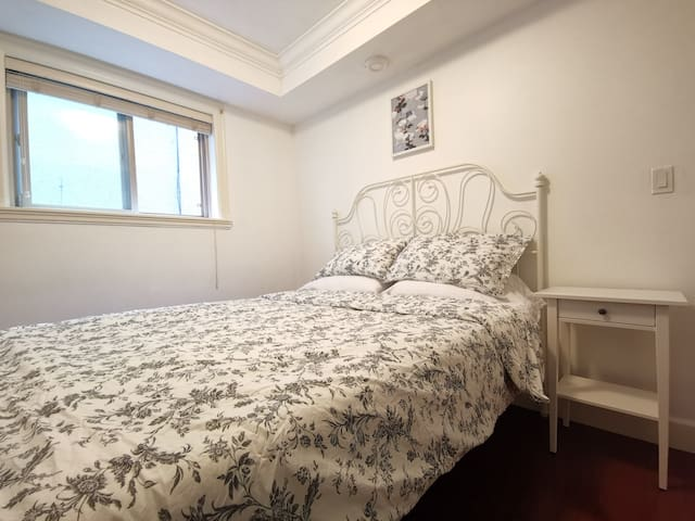 Private entrance 1bedroom w/queensize bed, kitchen