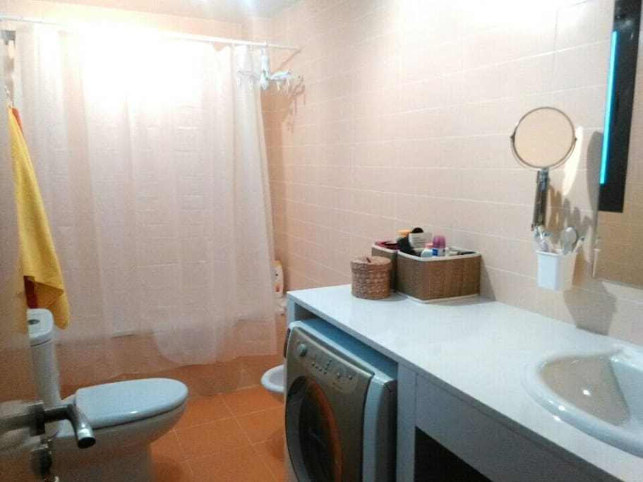baño con videt, bañera y ducha. Lavadora disponible