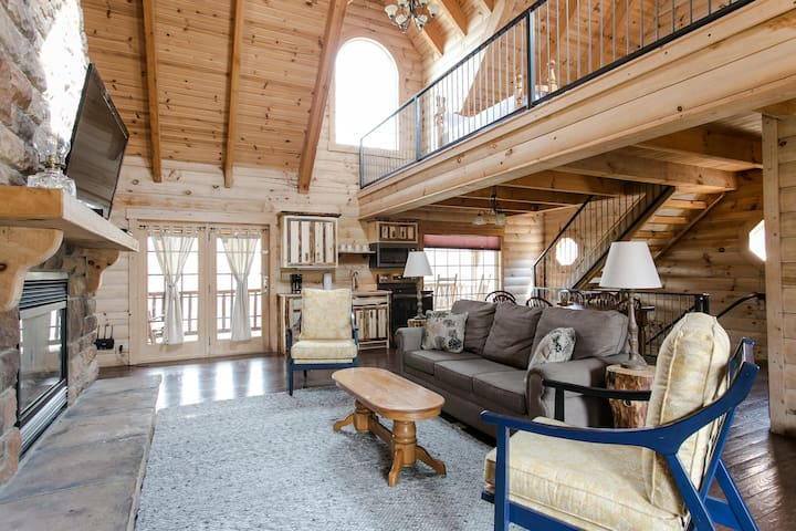 Luxury Cabin Only 1/2 Mile to Berlin - Kitchen, Living Room, Jacuzzi Tub
