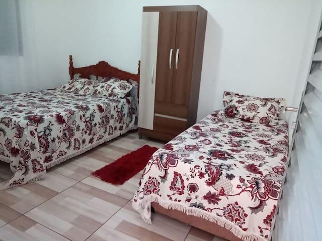 Uma cama de casal e uma de solteiro. Possui ventilador de teto.