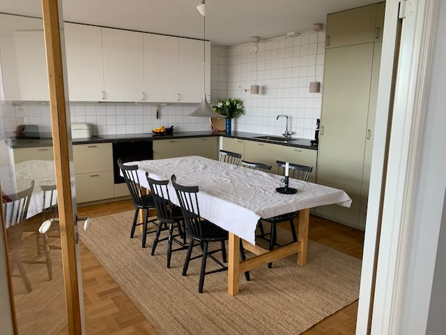 Rymlig bostad med utsikt över Stockholm