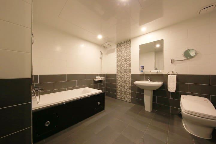다른 곳들 객실만한 욕실!