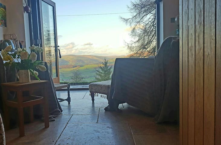 A1 views & own sitting room, hot tub & steam room - Llangattock - House