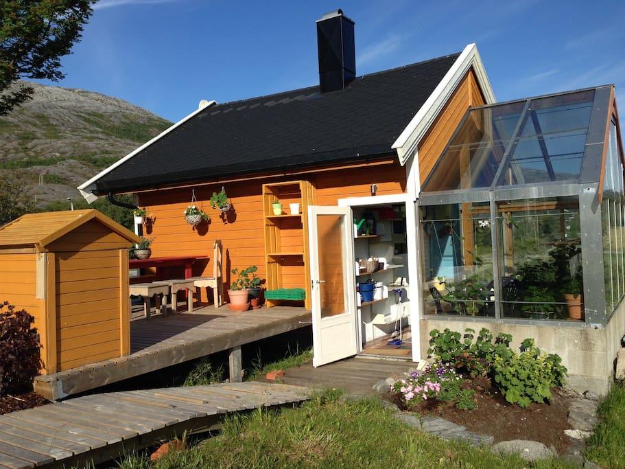 Eldhuset er i kombinasjon med drivhus.