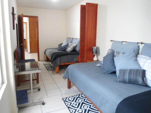 Comfortable room, double bed, private bathroom - Guadalajara - Hus
