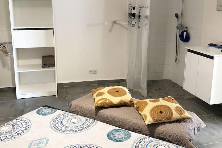 Belcourt1, chambre  lit 160, douche et  lit bébé