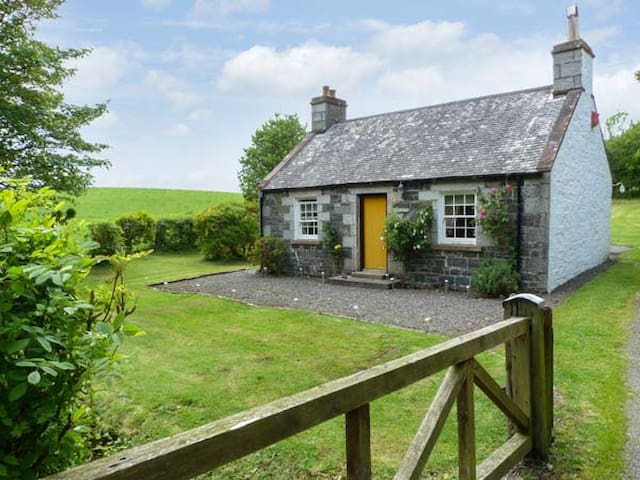 ROSE COTTAGE, pet friendly, with open fire in Stranraer, Ref 8201