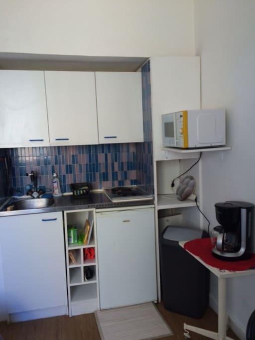 coin cuisine plaque électrique 2 feux ,frigo top, micro -ondes, cafetière électrique,éléments de rangement , vaisselle ustensiles de cuisine