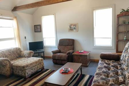 C. 1 BR Pet-Friendly Cabin near Lake Arbutus