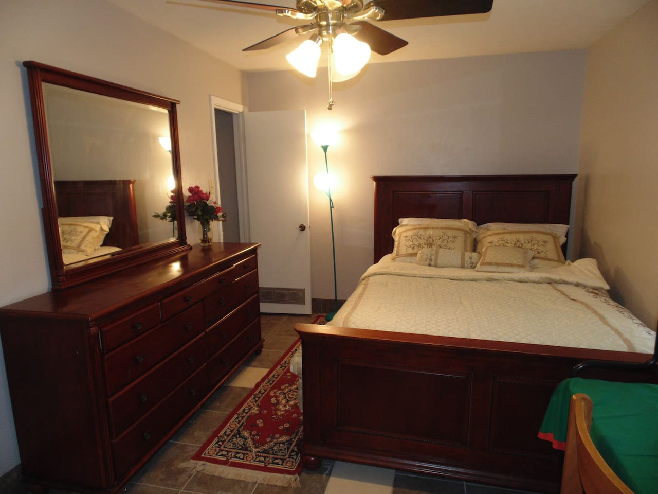 PICTURE OF BEDROOM #4 IN A 4 BEDROOM HOUSE.  QUEENSIZE BED