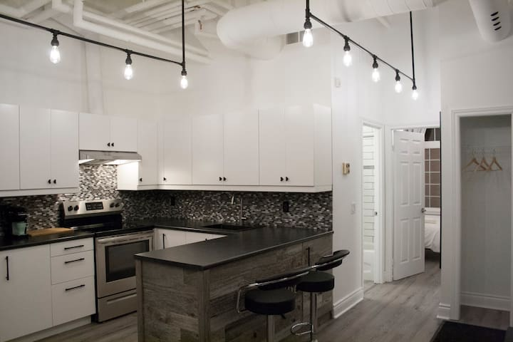 Newly Renovated Sleeps 6 in the heart of the city.