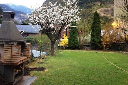 Acollidora casa entorn natural - Casa