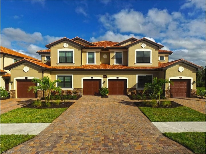 Bonita Springs -Brand New 4 Bed Resort style Condo