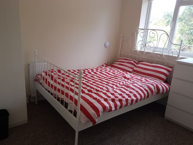 ENSUITE room by Airport with private shower/toilet - Luton - Bed & Breakfast