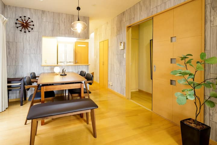 Family Home w/Balcony, Free Parking & Skytree View