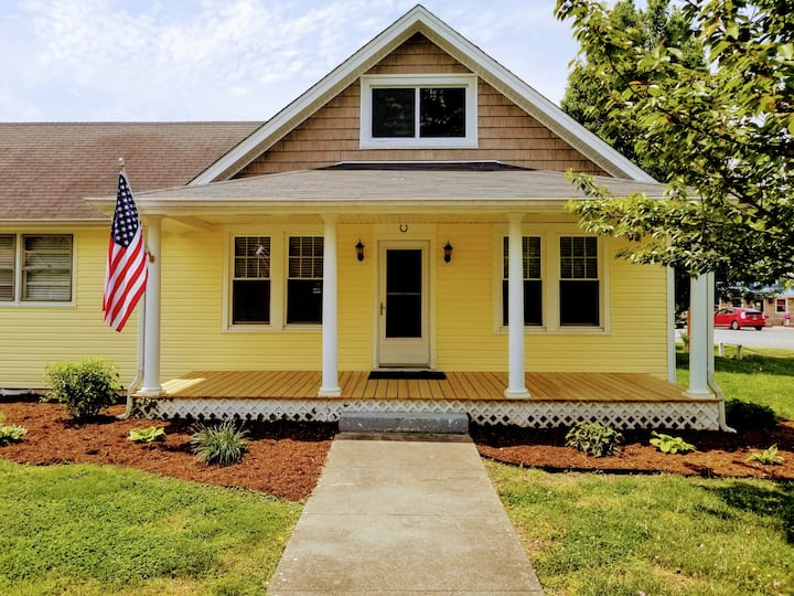 Bayside Cottage- In the Town with views