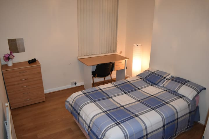 SR3A Vibrant, spacious room, Cathays