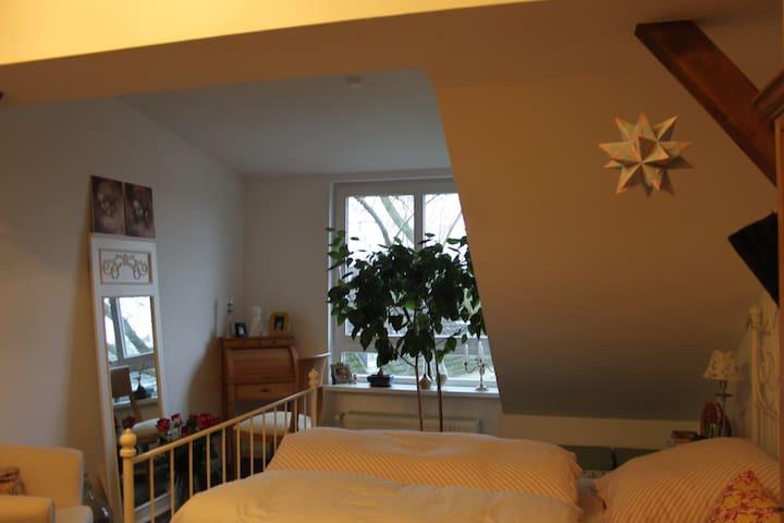 Ansprechende Dachgeschoss Wohnung - Wedel - Apartment
