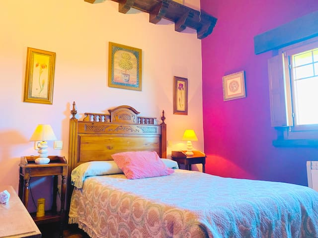 Dormitorio cama 135cm, con armario y TV.