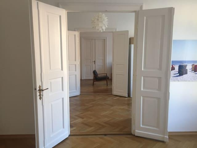 Flügeltüren zwischen Schlafzimmern und Wohnzimmer