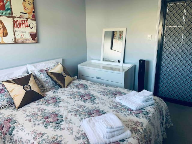 Queen bedroom close to CBD, Sth Bank UQ and QUT