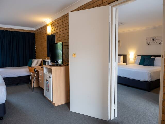 Airport Admiralty Motel Family Suite