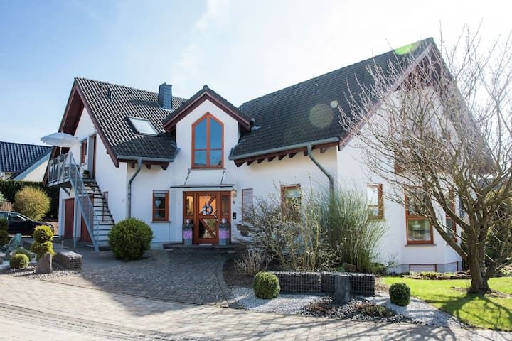 Very well cared for flat in a beautiful location in Hunsrück.