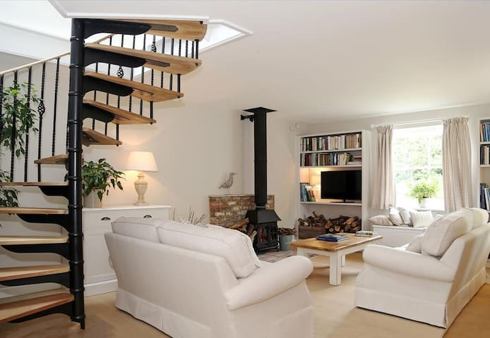 Mill Barn Sleeps 2, Beautiful country cottage, nestled on the edge of Chailey & Red House Common.